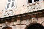 Visite de Recanati sculptures sur des maisons